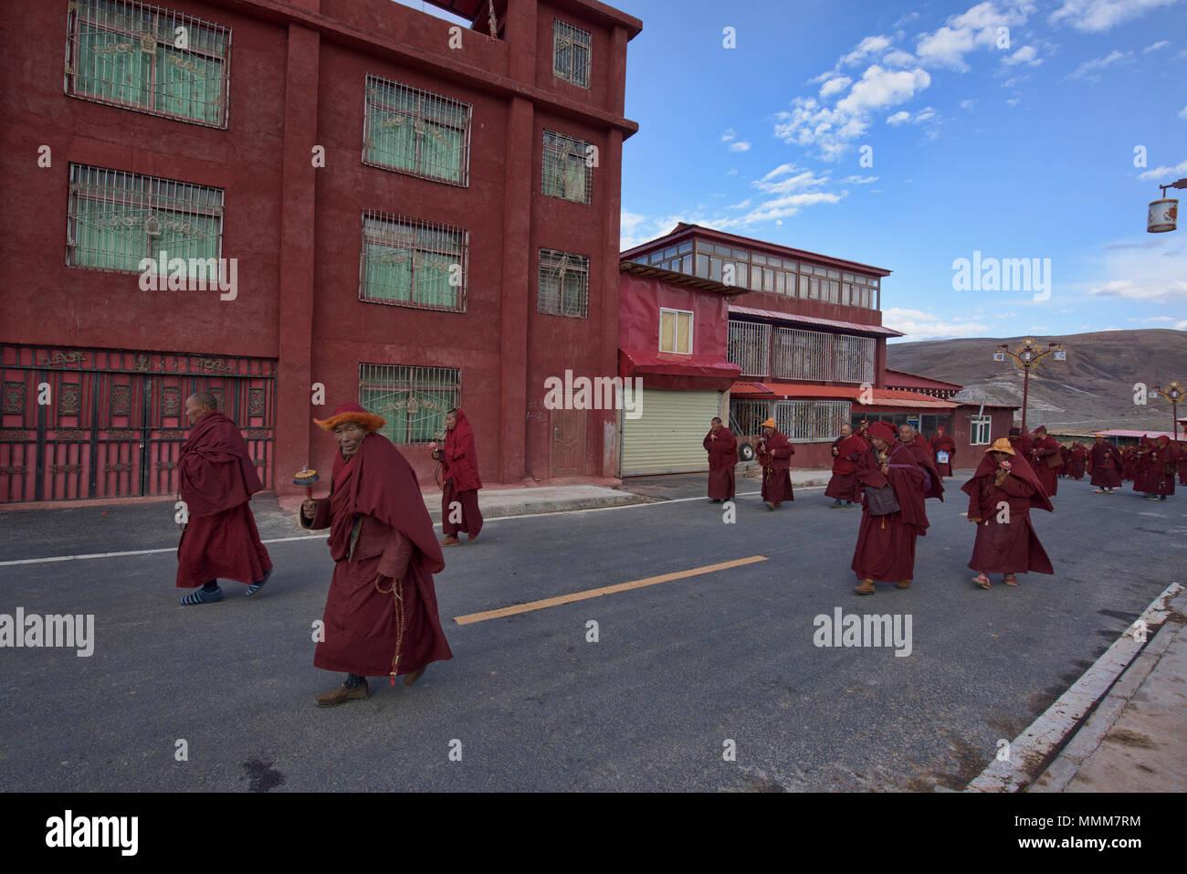 Tibetan monks headed home, Yarchen Gar, Sichuan, China - Stock Image