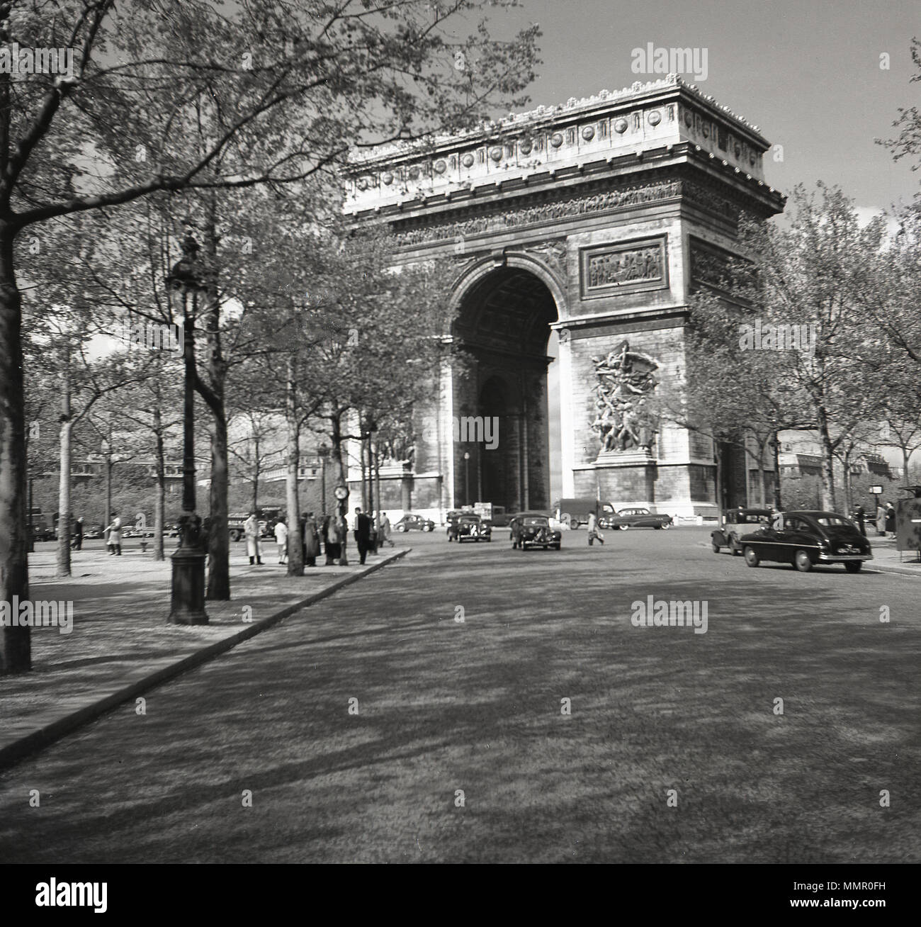1950s, historical picture by J Allan Cash showing vehicles of the day at the famous french landmark, Arc de Triomphe, located by Etoile and the Avenue des Champ Elysees. The impressive monument was built to celebrate the military victories of Napoleon and the French army and was completed in 1836. - Stock Image