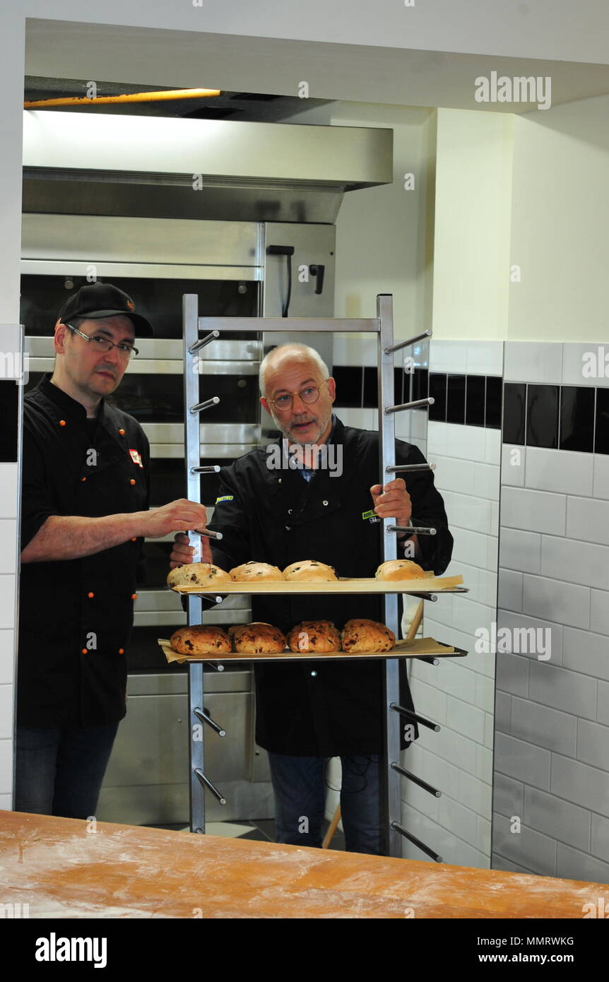 Loebau, Germany. 11th May 2018. Promibacken mit 'Guygant' Hartmut Guy schwerdtner baker Credit: CAROLA Brandner/Alamy Live News - Stock Image