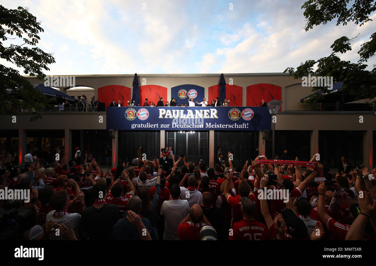 HANDOUT - 12 May 2018, Germany, Munich: Arjen Robben (C), player of FC Bayern Munich, celebrates winning the championship together with the fans at the Paulaner beer garden at the Nockherberg. Earlier though, a home defeat dampened the joy over the 28th championship title. Photo: Adam Pretty/FCB/Getty Images /dpa - ATTENTION: editorial use only and only if the credit mentioned above is referenced in full Credit: dpa picture alliance/Alamy Live News Stock Photo