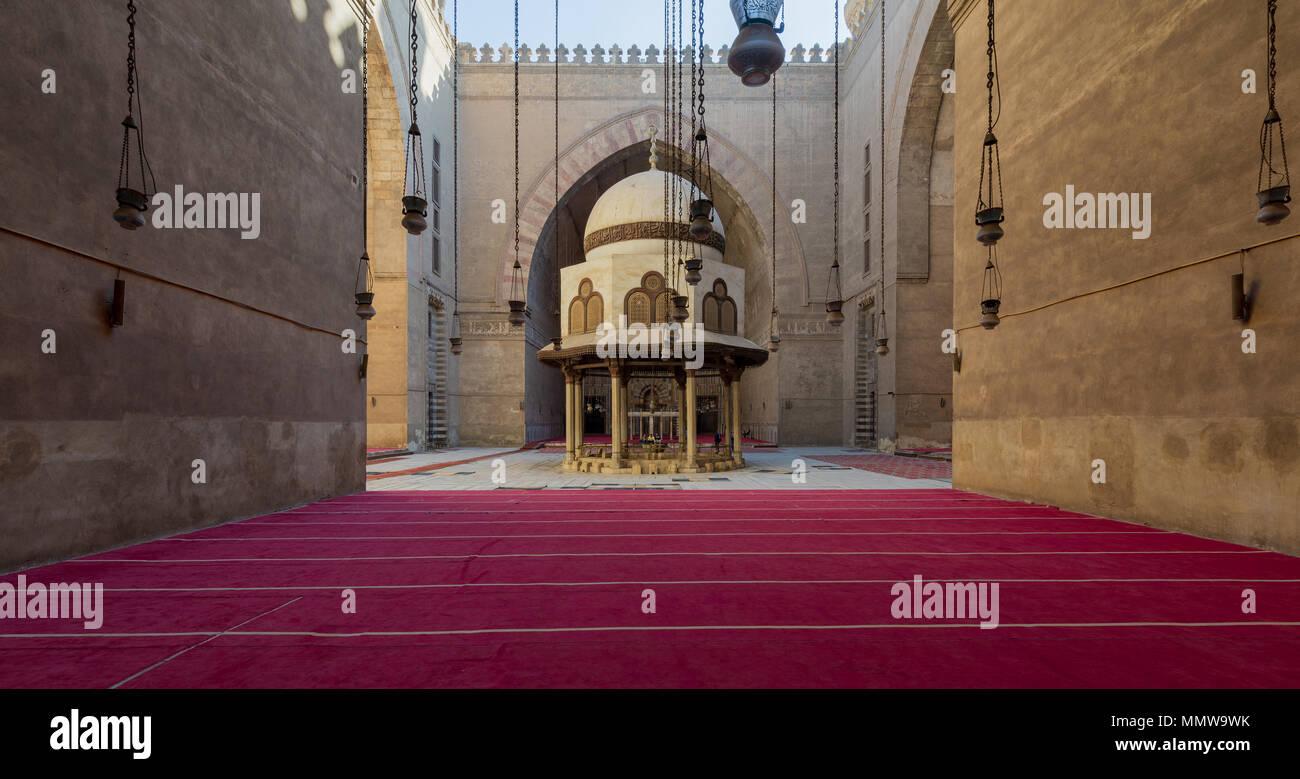 Ablution fountain mediating the courtyard of Al-Sultan Al-Zahir Barquq Mosque, Al Moez Street, Cairo, Egypt - Stock Image