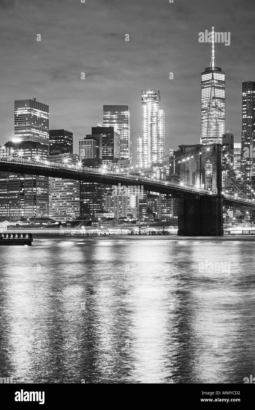 Black and white picture of the Brooklyn Bridge and Manhattan at night, New York City, USA. - Stock Image