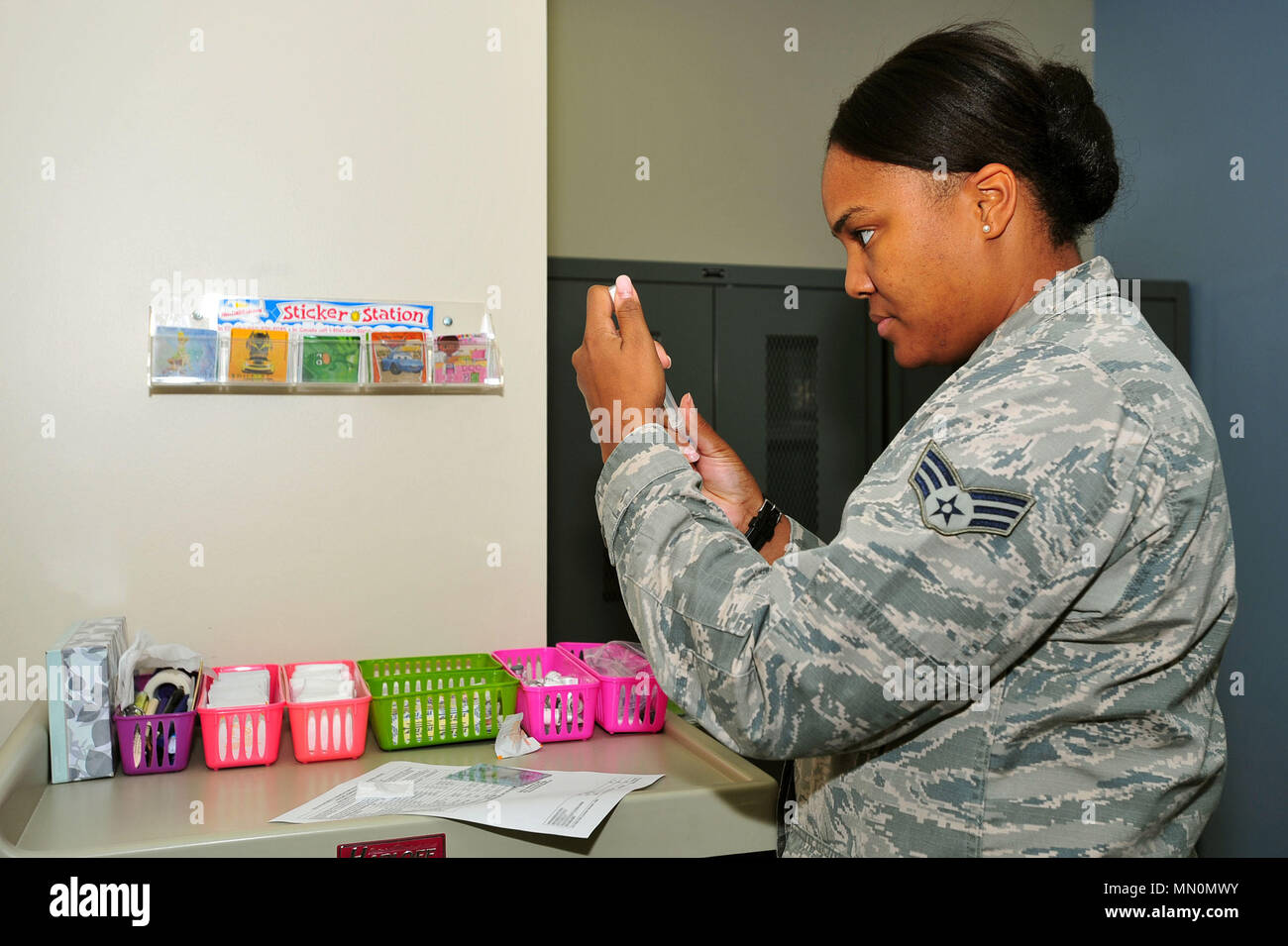 U.S. Air Force Senior Airman Tamika Bradley, 20th Medical Operations Squadron allergy and immunizations technician, prepares a pneumococcal vaccine for a patient at Shaw Air Force Base, S.C., Aug. 8, 2017. The vaccine is effective against 23 types of pneumococcal bacteria, reducing the likelihood of infections such as pneumonia. (U.S. Air Force photo by Airman 1st Class Kathryn R.C. Reaves) - Stock Image