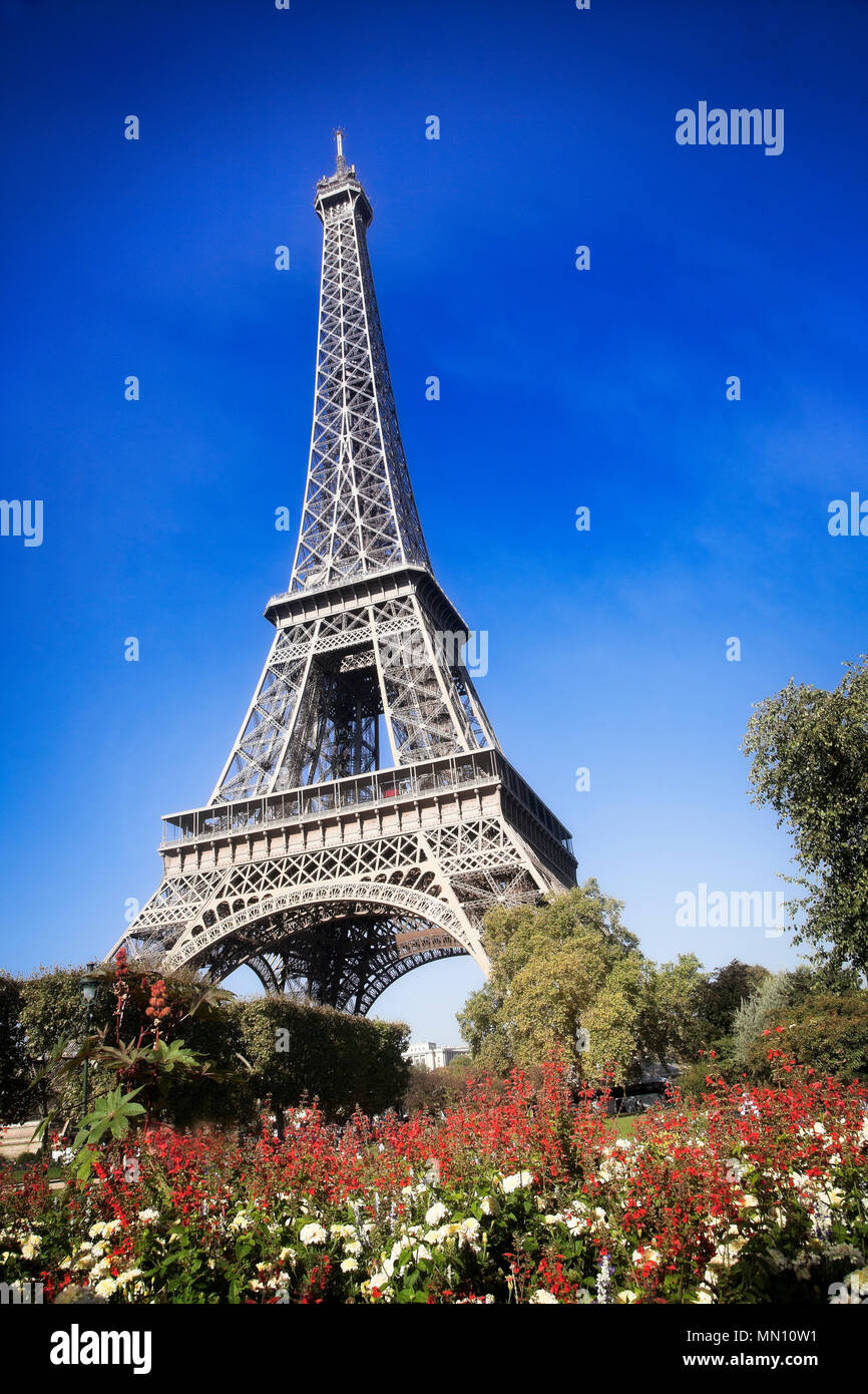 The gardens and Eiffel Tower in September.  Paris, France. - Stock Image