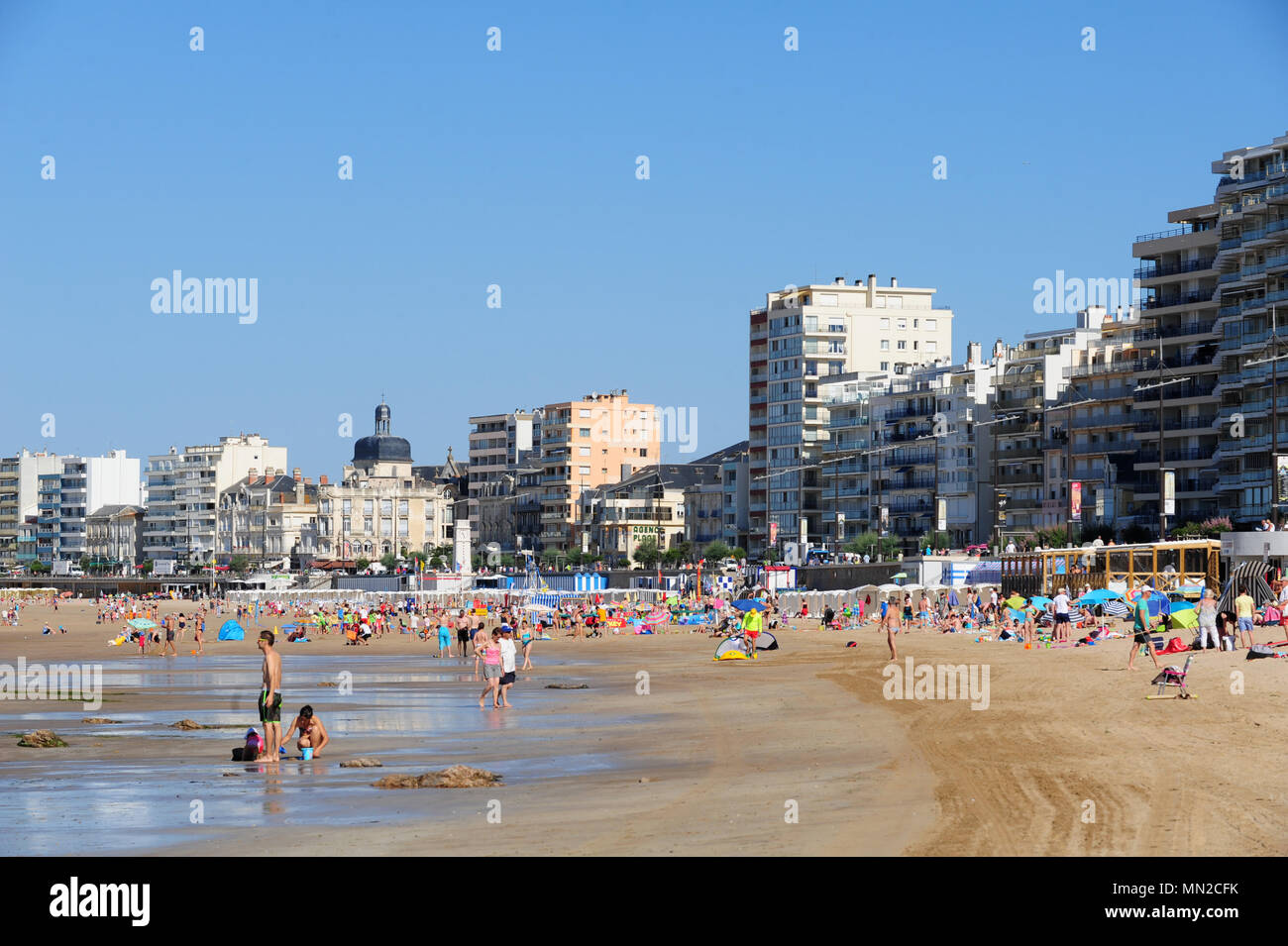 Les Sables-dÕOlonne (western France): buildings along the waterfront, le Remblai, the Georges Clemenceau and Amiral Lafargue Promenades in the backgro - Stock Image