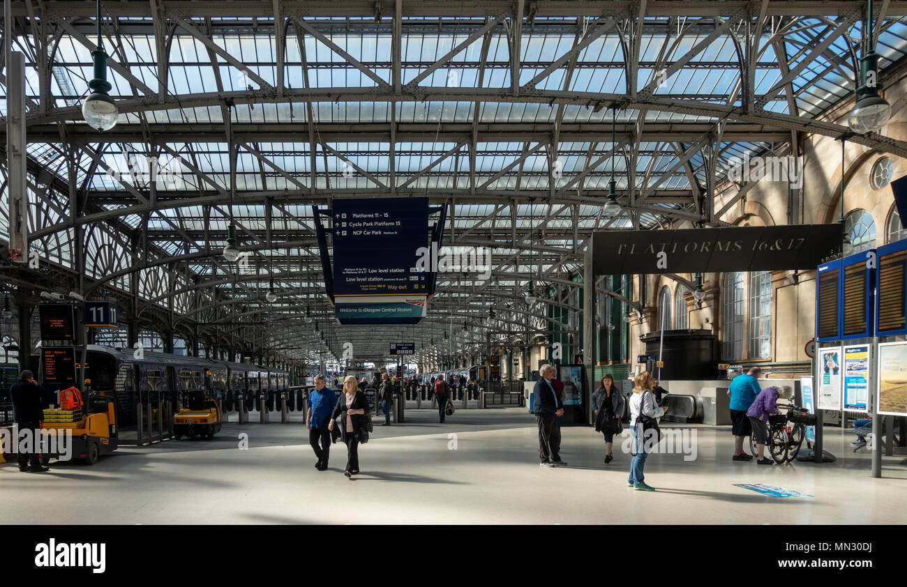 Passengers in Glasgow Central Station, the main rail station in Glasgow, Scotland, UK. - Stock Image