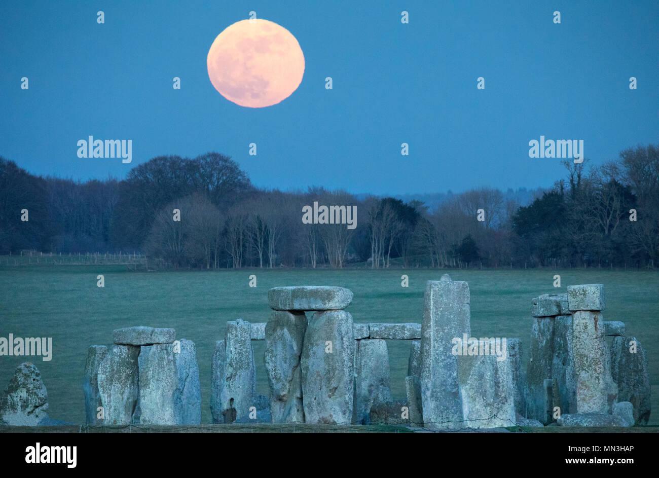 The super blue moon rise over Stonehenge, Wiltshire, England, UK Stock Photo