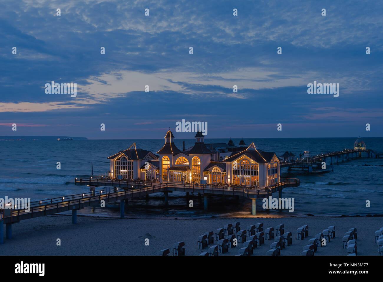Seebrücke mit Restaurant, beleuchtet, Sellin, Mecklenburg-Vorpommern, Deutschland - Stock Image