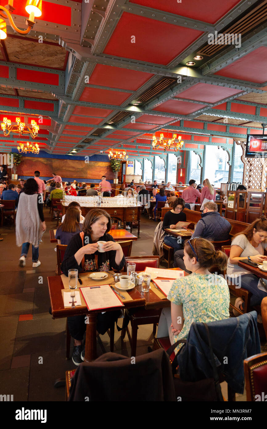 New York Diner - People eating breakfast in Pershing Square restaurant, example of New York lifestyle, Midtown, New York city, USA Stock Photo