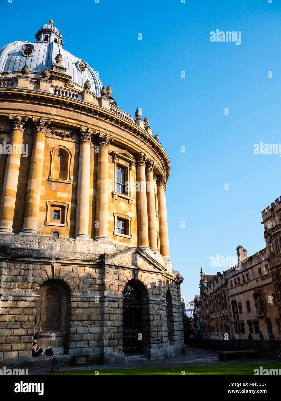 Woman Resting in Arch, Radcliffe Camera, University of Oxford Library, Oxford, Oxfordshire, England, UK, GB. - Stock Image