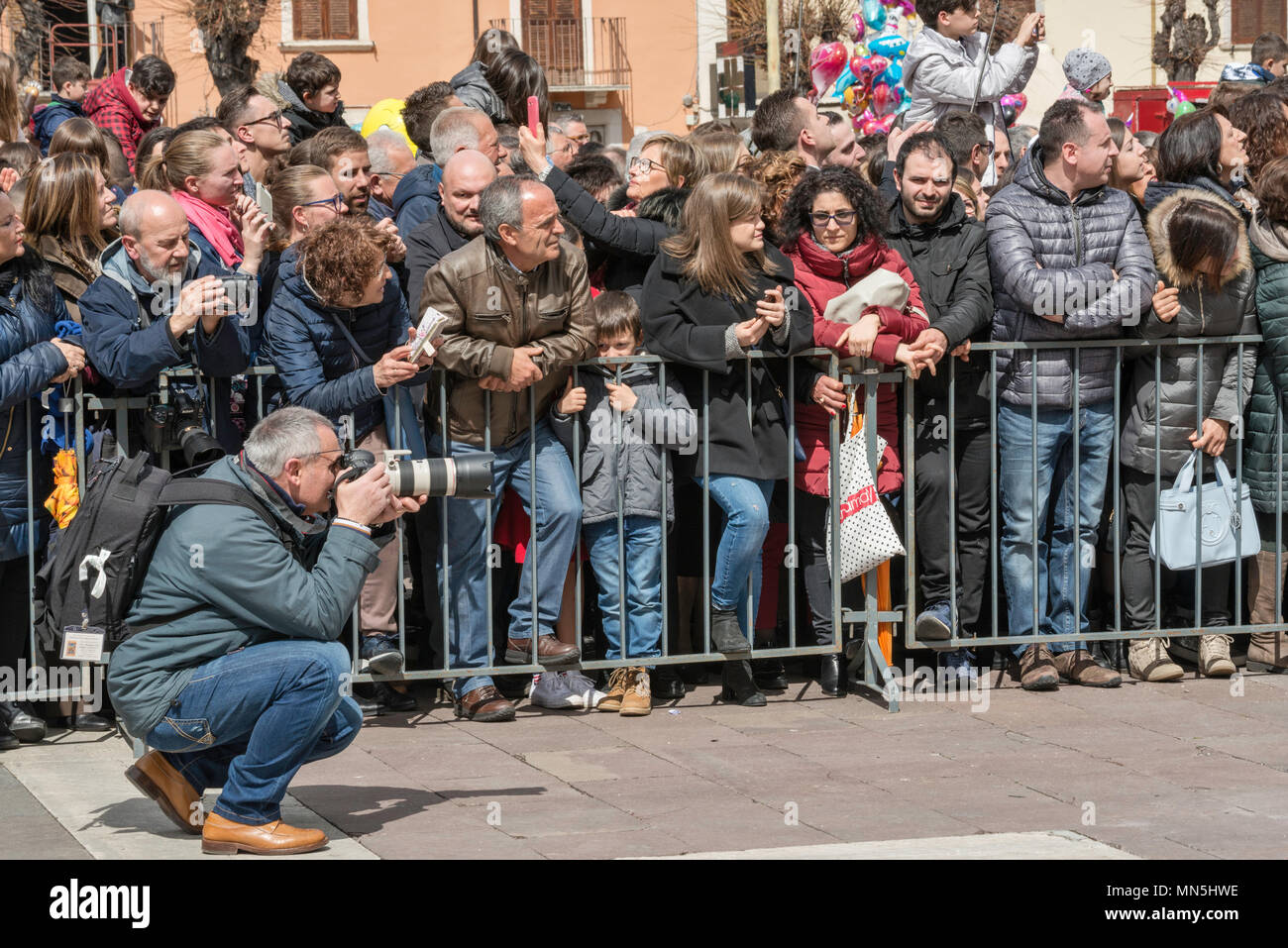 Onlookers, photographer, at Madonna che Scappa celebration on Easter Sunday at Piazza Garibaldi in Sulmona, Abruzzo, Italy - Stock Image