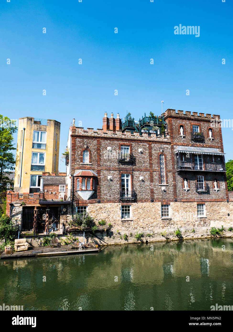 Houses on River Thames nr Folly Bridge, Oxford, Oxfordshire, England, UK, GB. - Stock Image