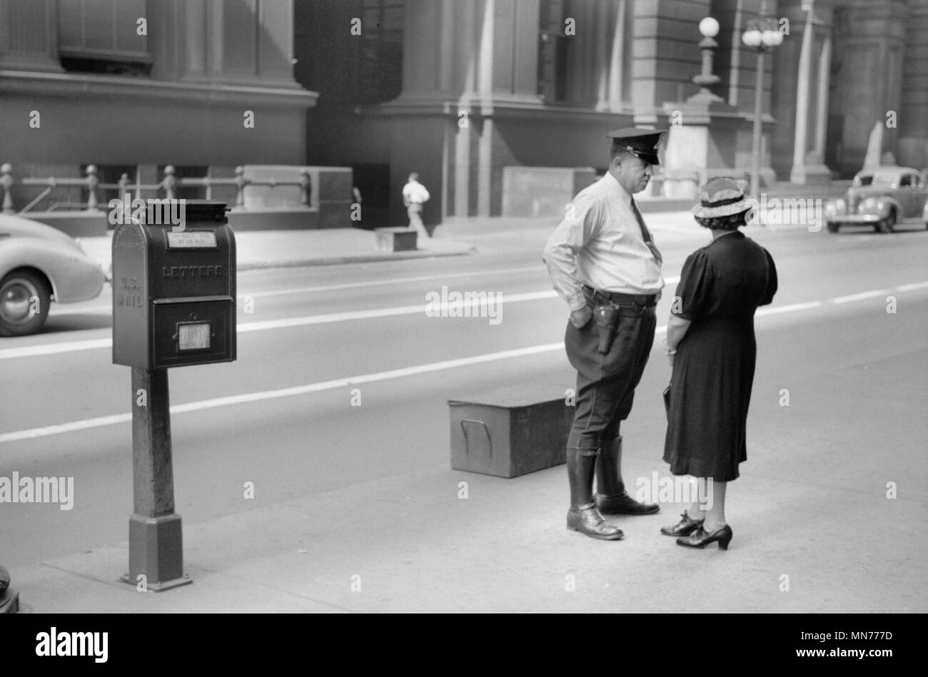 Woman Talking to Policeman, Chicago, Illinois, USA, John Vachon for Farm Security Administration July 1940 - Stock Image