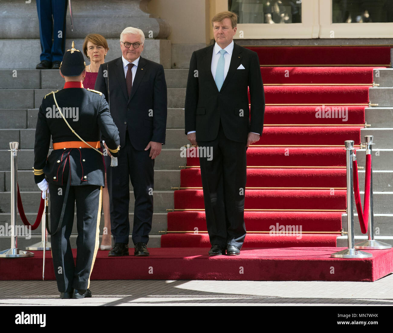Amsterdam, The Netherlands. 15th May, 2018. German President Frank-Walter Steinmeier (C) is greeted with miliary honours by the King of the Netherlands, King Willem-Alexander, in the Palace Gardens. The wife of the President, Elke Buedenbender, is standing on the left. Photo: Soeren Stache/dpa Credit: dpa picture alliance/Alamy Live News Stock Photo