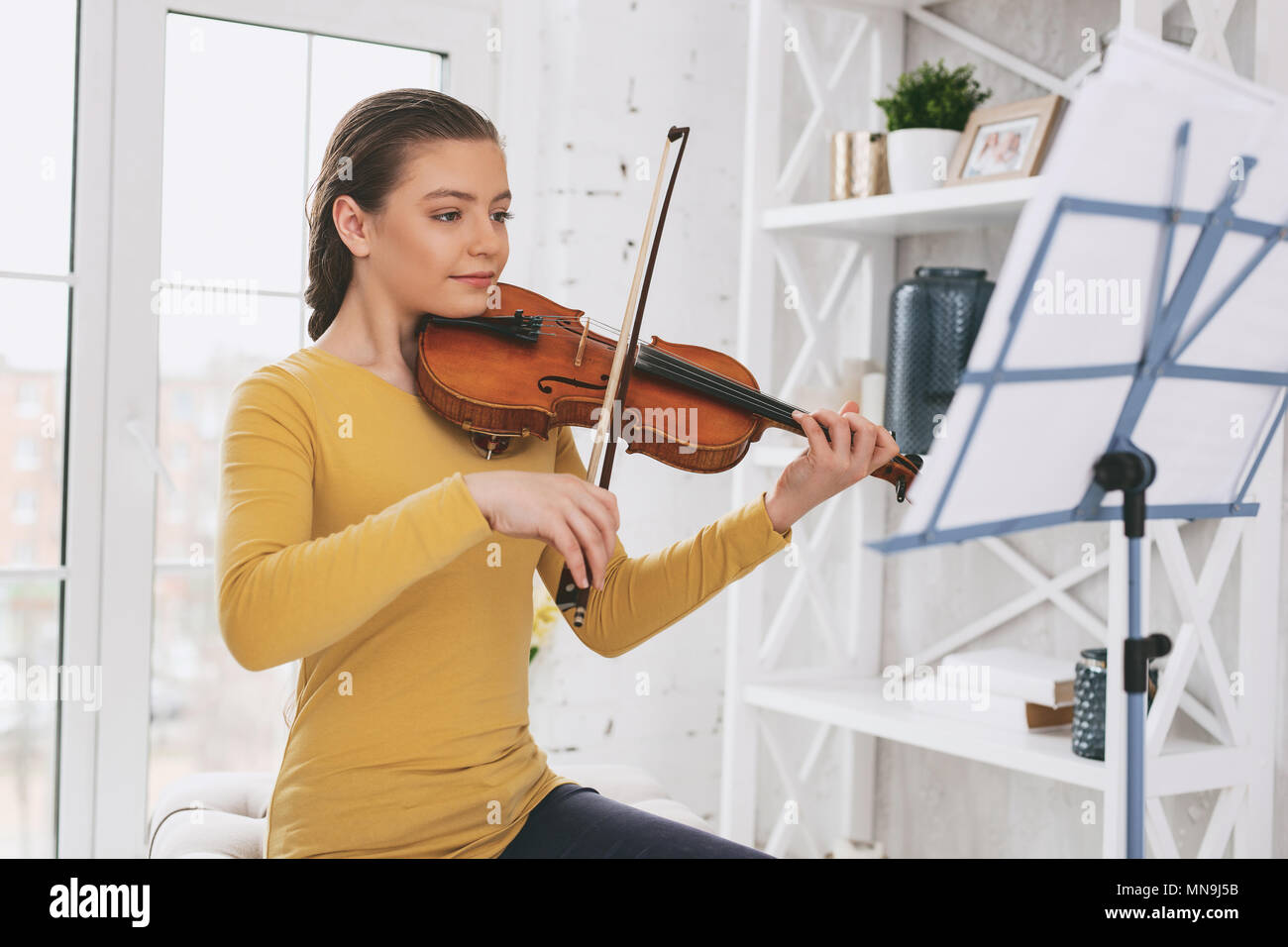 Attentive violinist looking at notes - Stock Image