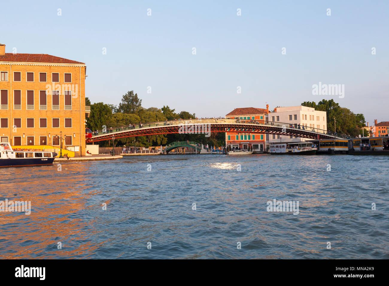 Calatrava Bridge, (Ponte della Costituzione), Grand Canal, Venice,  Veneto, Italy at sunset linking Piazzale Roma with the St Lucia train station - Stock Image