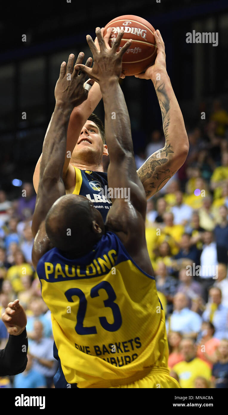 15 May 2018, Germany, Oldenburg: Bundesliga, EWE Baskets Oldenburg vs ALBA Berlin, championship round, quarter-final, in the EWE Arena. Oldenburg's Rickey Paulding (front) attempting to block Berlin's Bogdan Radosavljevic. Photo: Carmen Jaspersen/dpa - Stock Image