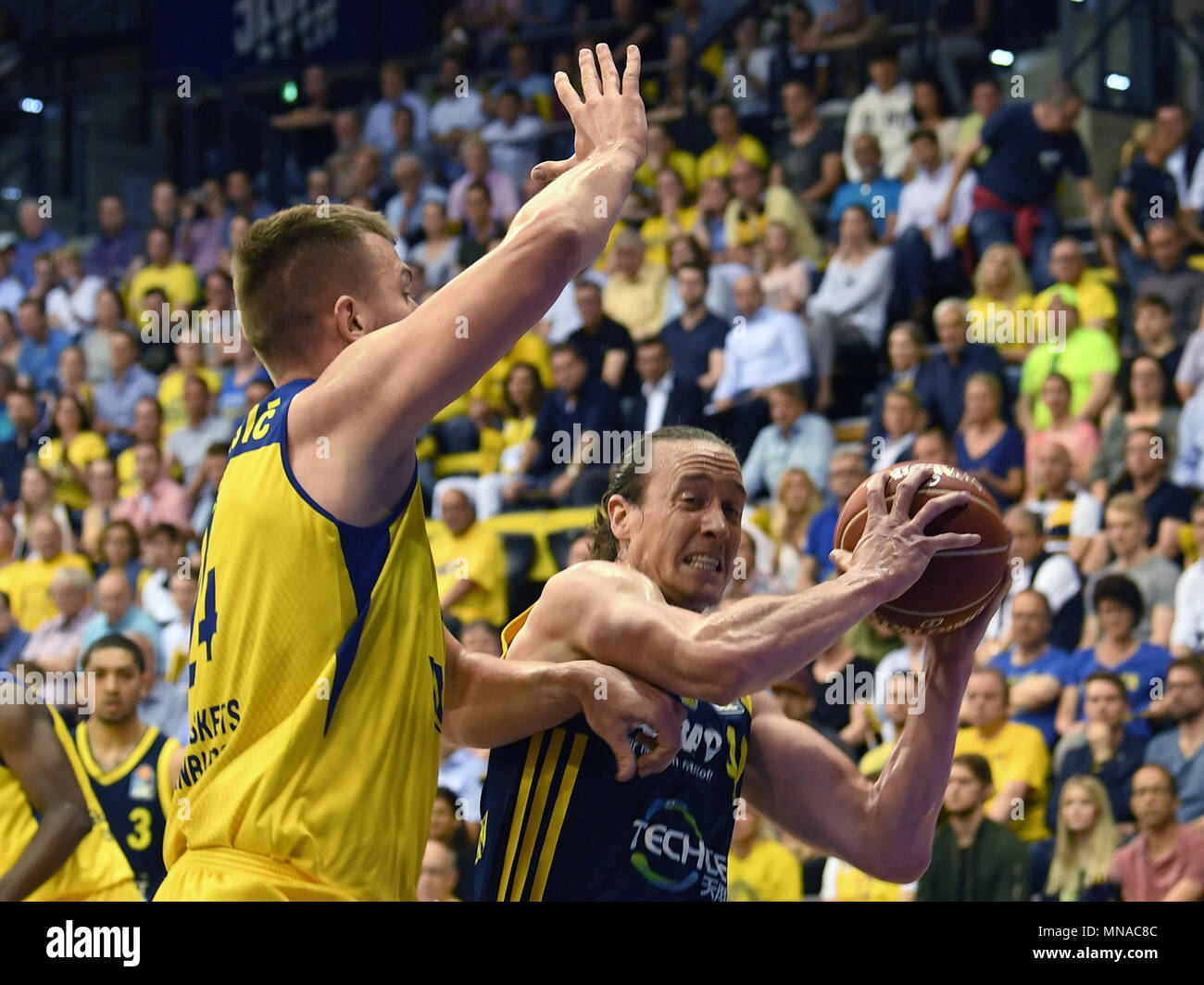 15 May 2018, Germany, Oldenburg: Bundesliga, EWE Baskets Oldenburg vs ALBA Berlin, championship round, quarter-final, in the EWE Arena. Oldenburg's Rasid Mahalbasic (L) attempting to block Berlin's Dennis Clifford. Photo: Carmen Jaspersen/dpa - Stock Image
