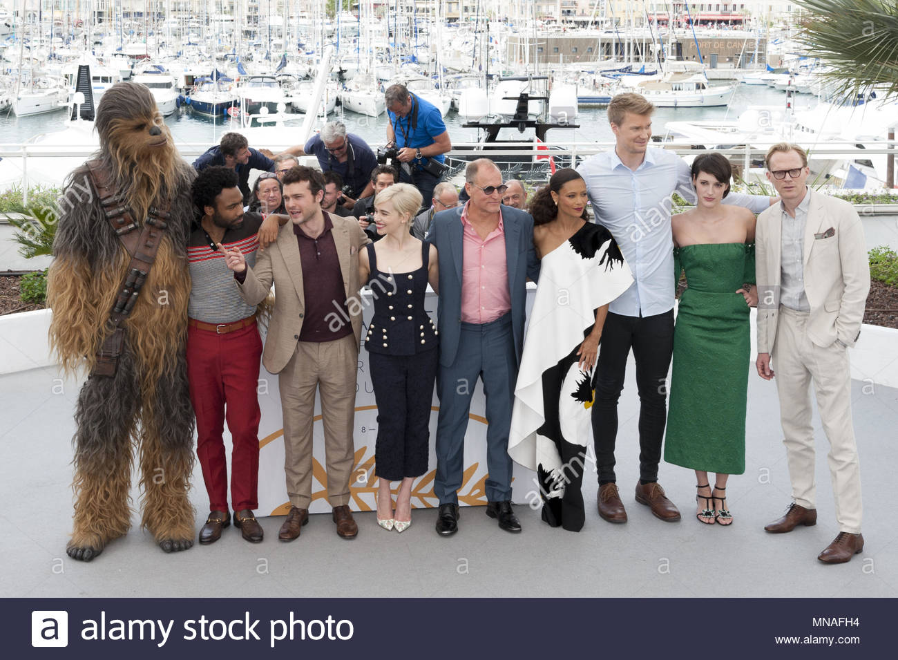 Cannes, France. 15th May, 2018. (FromL) Chewbacca, US actor Donald Glover, US actor Alden Ehrenreich, British actress Emilia Clarke, US actor Woody Harrelson, British actress Thandie Newton, Finnish actor Joonas Suotamo, British actress Phoebe Waller-Bridge and British actor Paul Bettany pose on May 15, 2018 during a photocall for the film 'Solo : A Star Wars Story' at the 71st edition of the Cannes Film Festival in Cannes, southern France. (c) copyright Credit: CrowdSpark/Alamy Live News - Stock Image