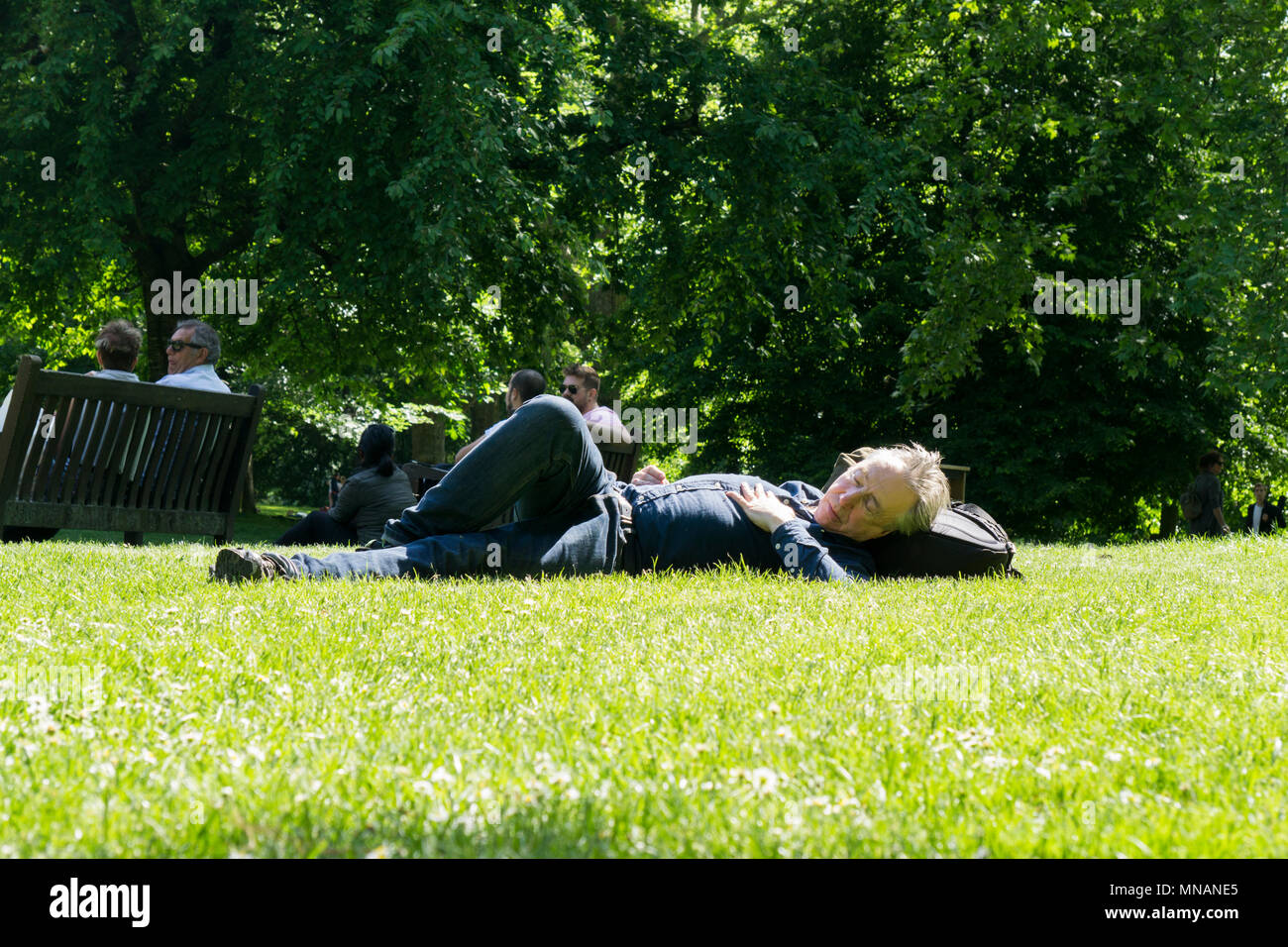 London, UK. 15th May 2018. People enjoy the hot sunny weather in Central London by relaxing in the parks Credit: Ink Drop/Alamy Live News - Stock Image