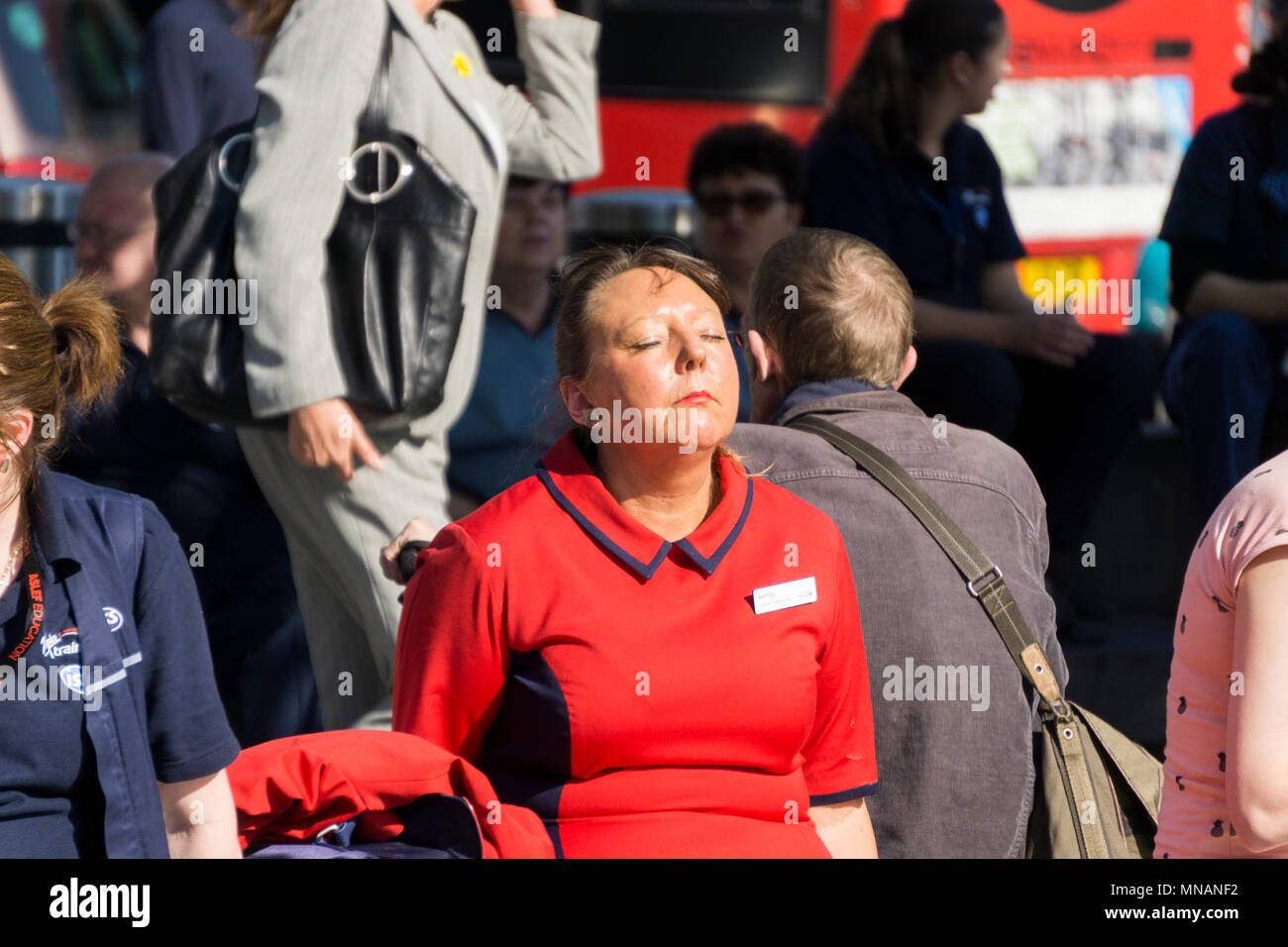 London, UK. 15th May 2018. People enjoy the hot sunny weather in Central London Credit: Ink Drop/Alamy Live News - Stock Image