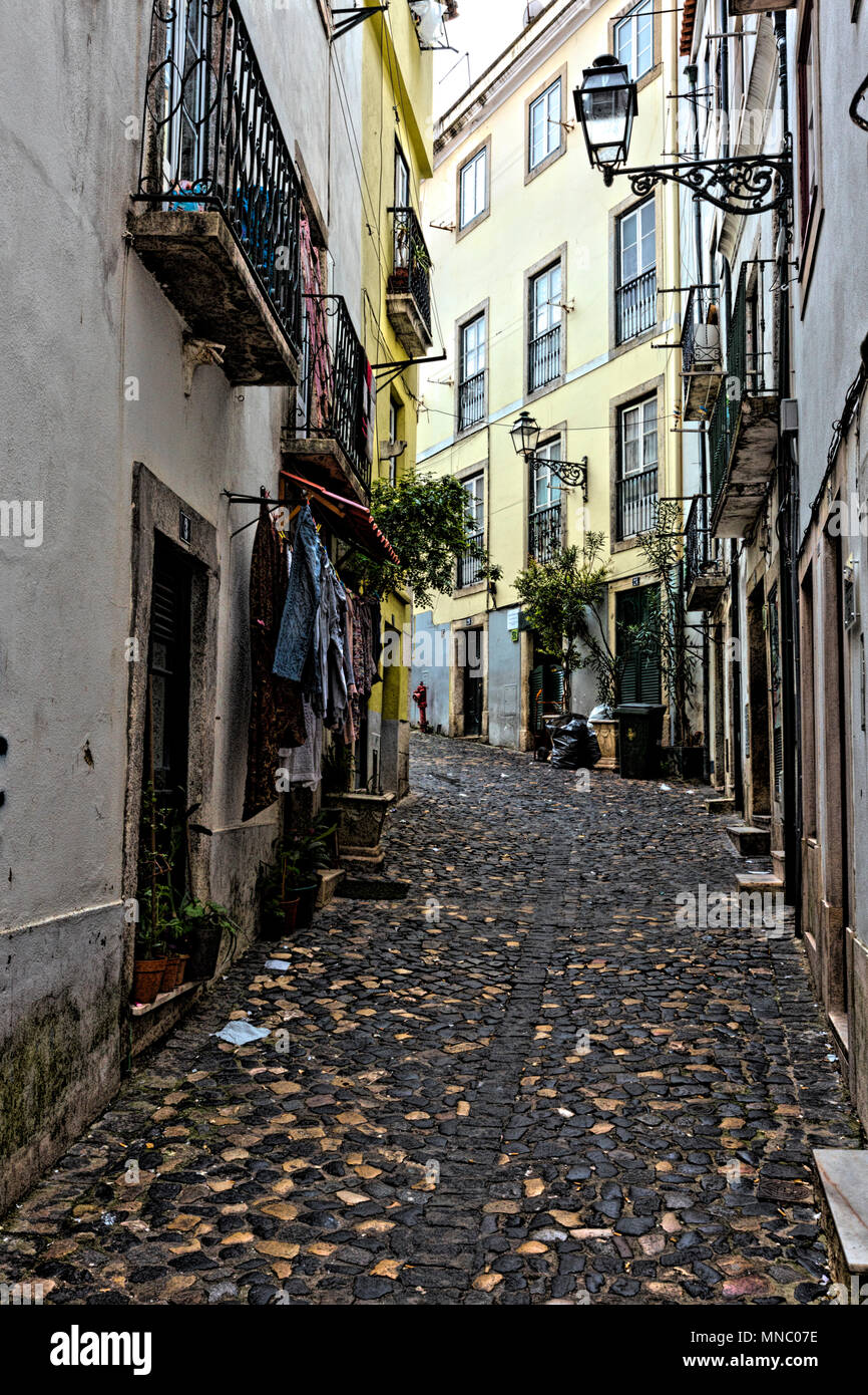 One of the many narrow streets in the maze between the Metro in Martim Moniz and the castle - Stock Image