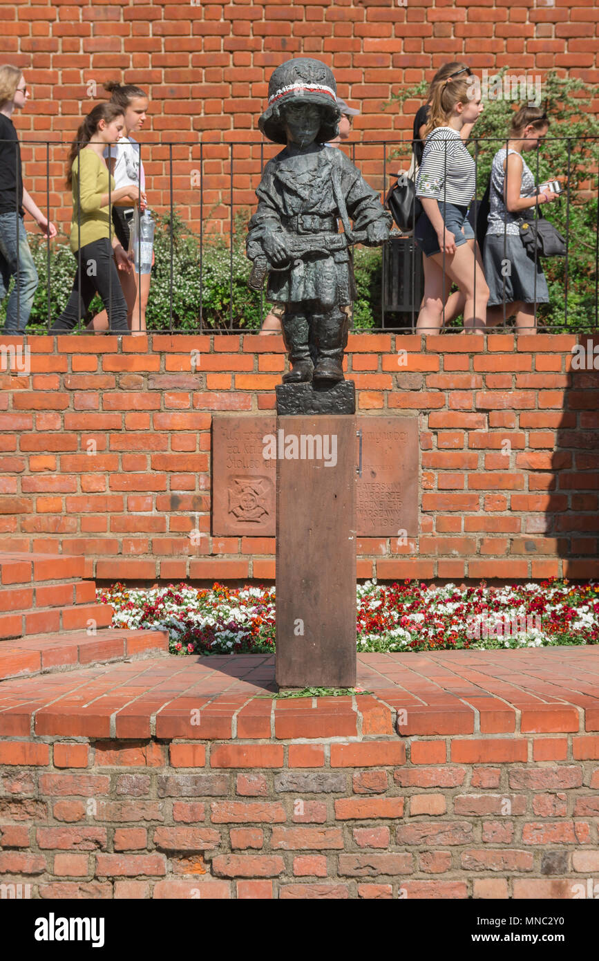 Warsaw Little Insurgent, Polish teenagers pass by the Little Insurgent monument commemorating the part played by children in the Warsaw Rising of 1944. Stock Photo