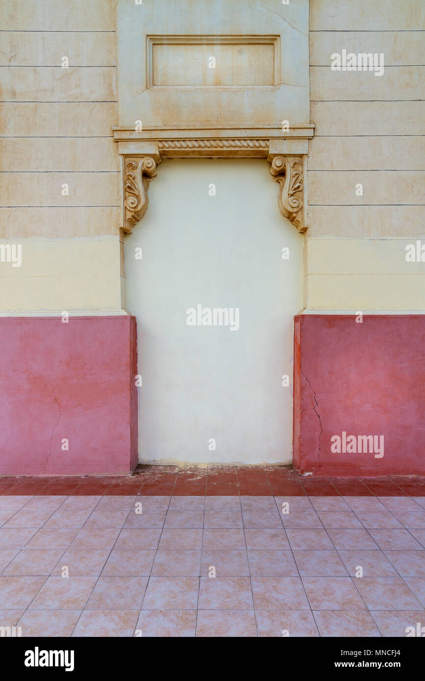 Stucco decorated niche in an old wall painted in beige and red, Montaza Public Park, Alexandria, Egypt - Stock Image