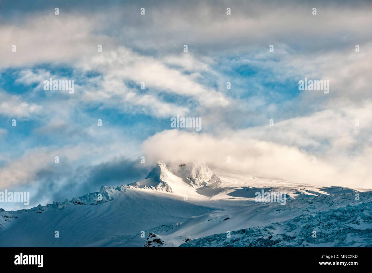 South Iceland. Hvannadalshnúkur, at 2110m the highest peak in Iceland. It is part of the Öræfajökull volcano in the Vatnajökull National Park - Stock Image
