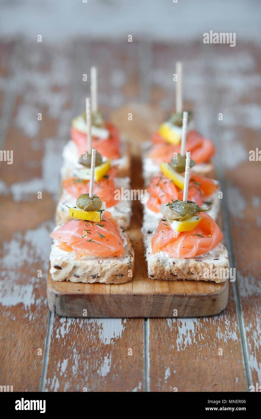 Mini canapés with smoked salmon and capers - Stock Image