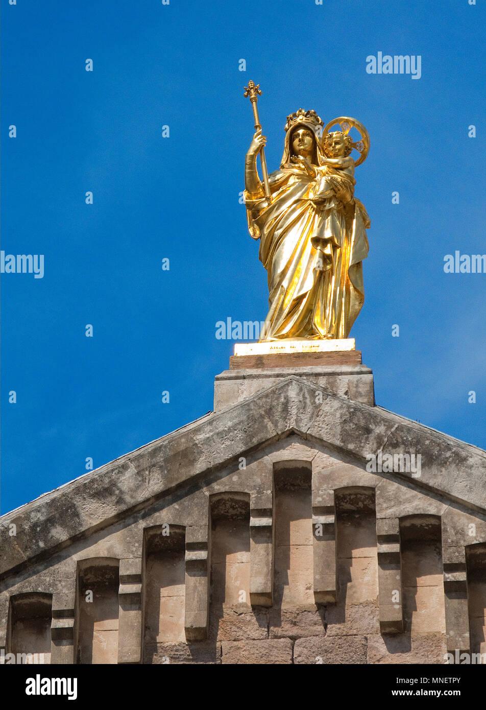 Vergoldete Maria mit Jesuskind auf der Basilika Notre Dame de la Victoire, Saint-Raphaël, Cote d'Azur, Département Var, Provence-Alpes-Côte d'Azur, Su - Stock Image