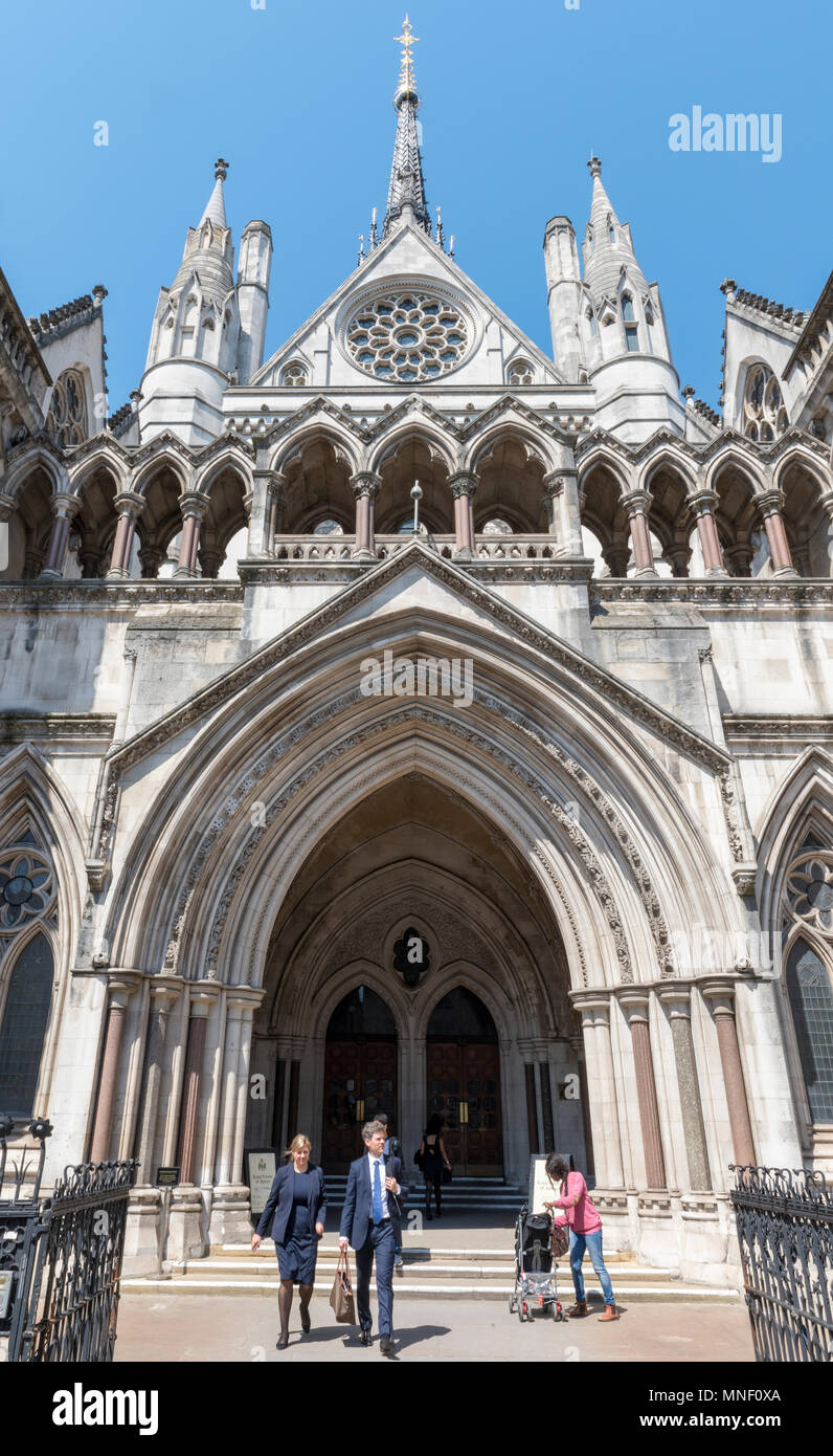 The front entrance to the royal courts of joustice in central london. The old bailey with people coming out of the building holding bags Law and order - Stock Image