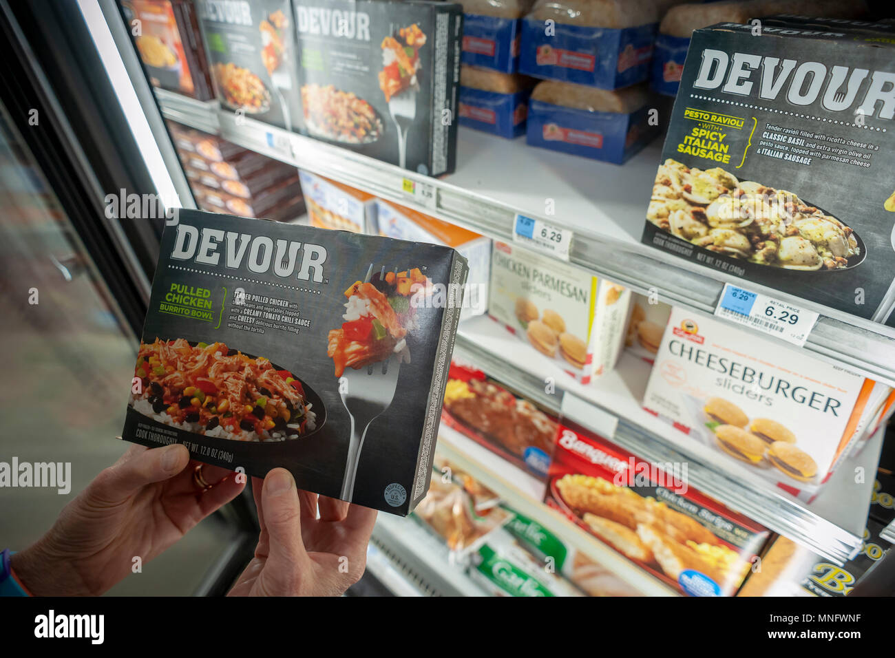 A shopper chooses a package of Kraft Heinz' Devour brand frozen meal in a supermarket freezer in New York on Tuesday, May 15, 2018. (© Richard B. Levine) - Stock Image