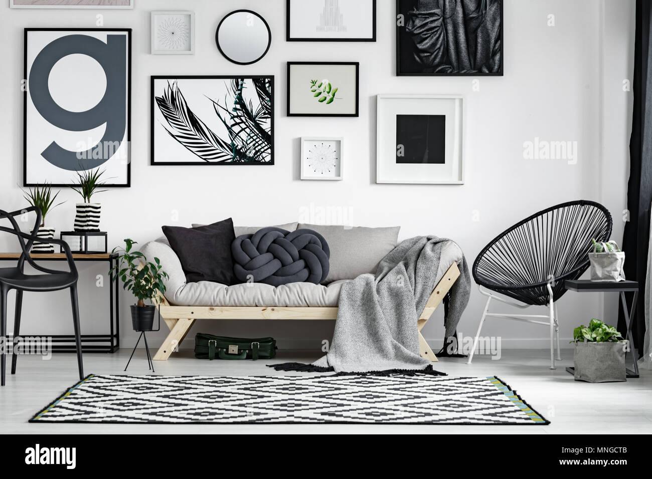 Eitelkeit Sofa Scandi Ideen Von Wooden With Dark Pillows In Style Living