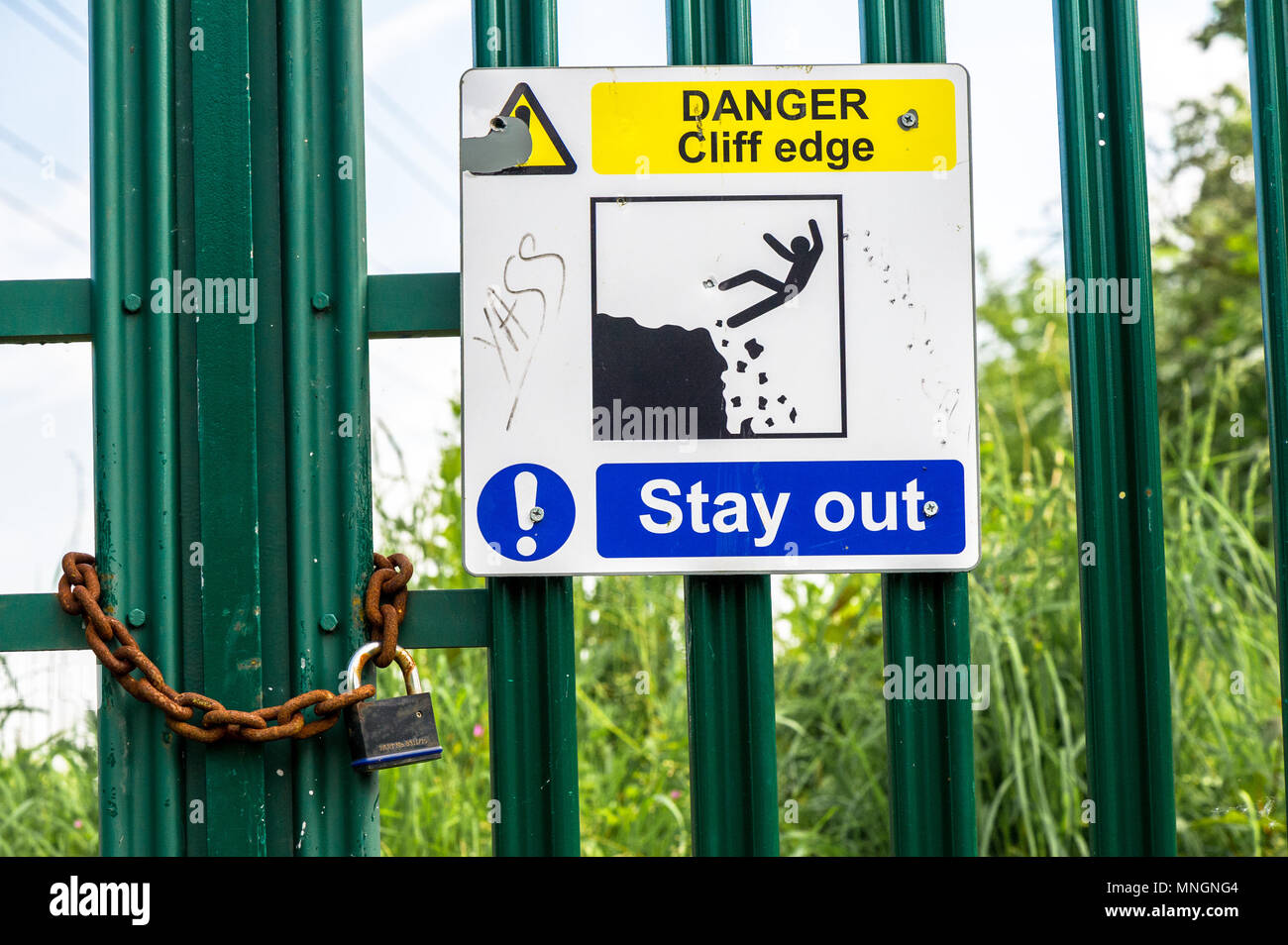 danger Cliff edge stay out sign. - Stock Image