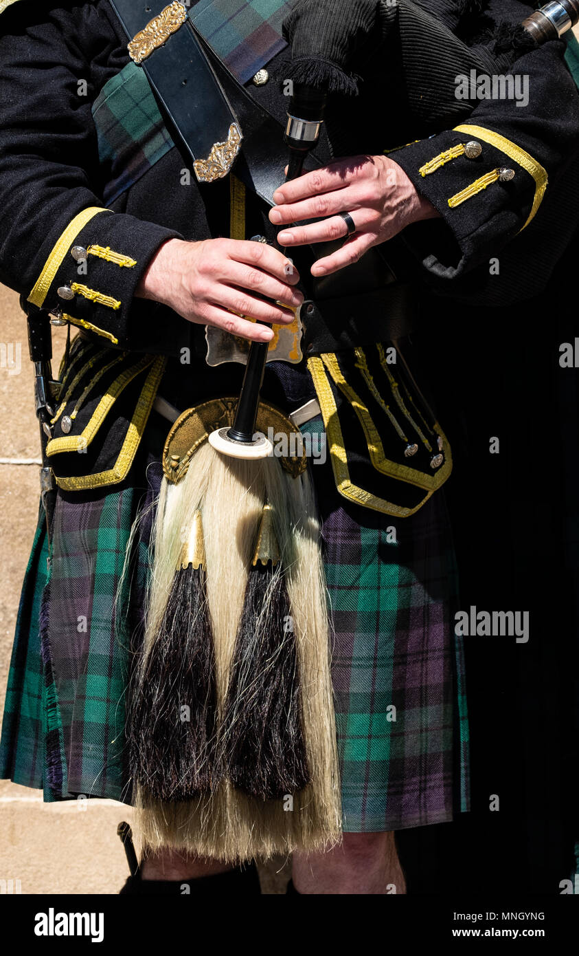 View of traditional Scottish piper in tartan playing for tourists on the Royal Mile in Edinburgh, Scotland, UK - Stock Image