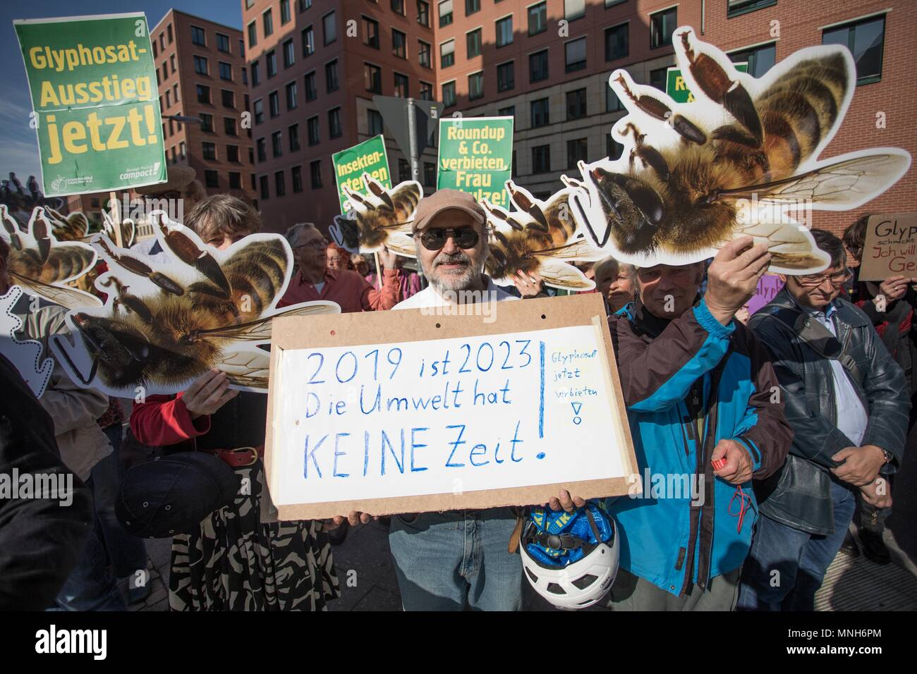 Berlin, Germany. 17th May, 2018. 17 May 2018, German, Berlin: Activists campaigning for a glyphosate ban during a Campact demonstration outside the German environment ministry. Credit: Jörg Carstensen/dpa/Alamy Live News Stock Photo