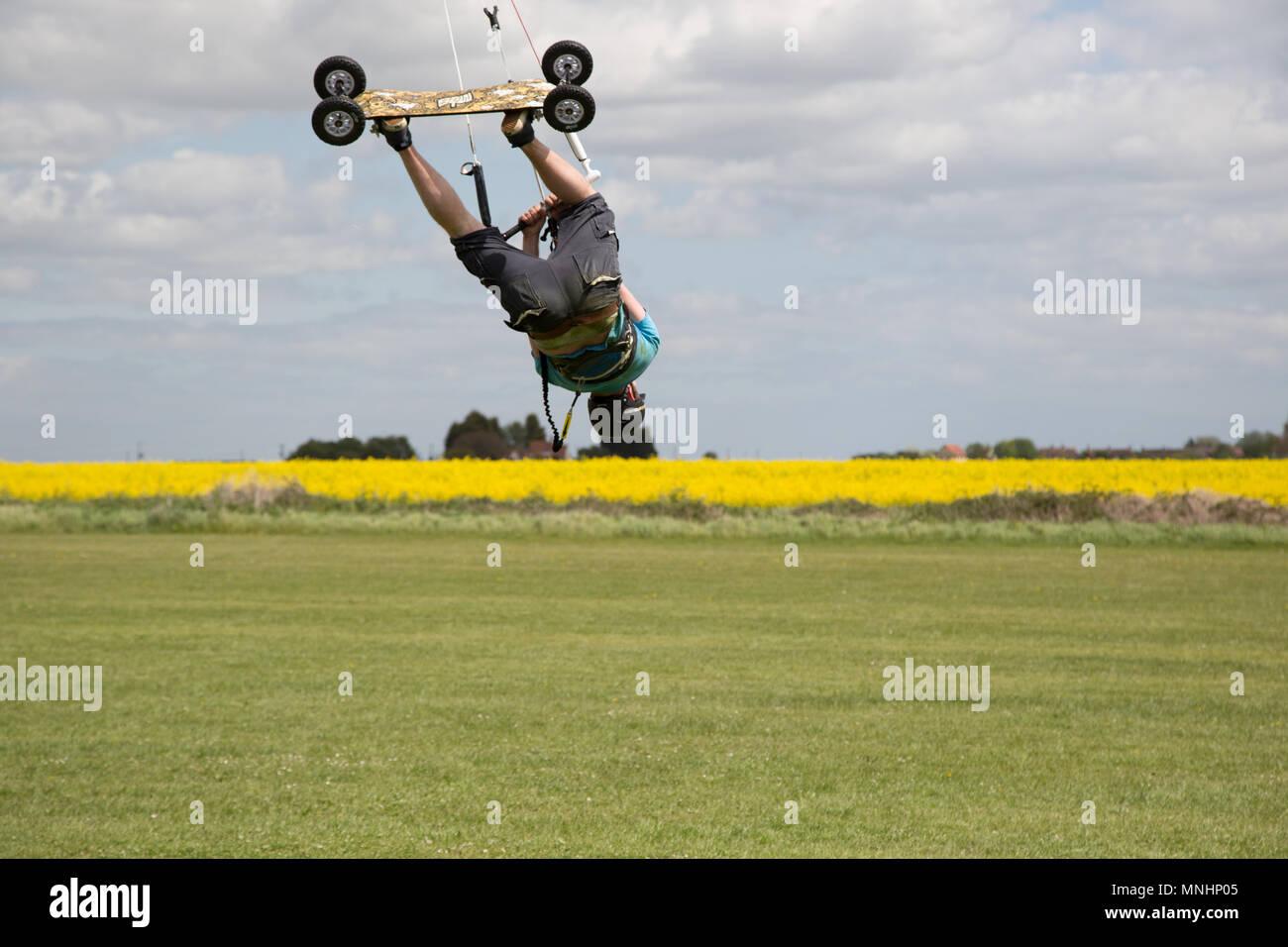 Extreme sport kite landboarding in Essex, UK. Upside down whilst airborne. - Stock Image