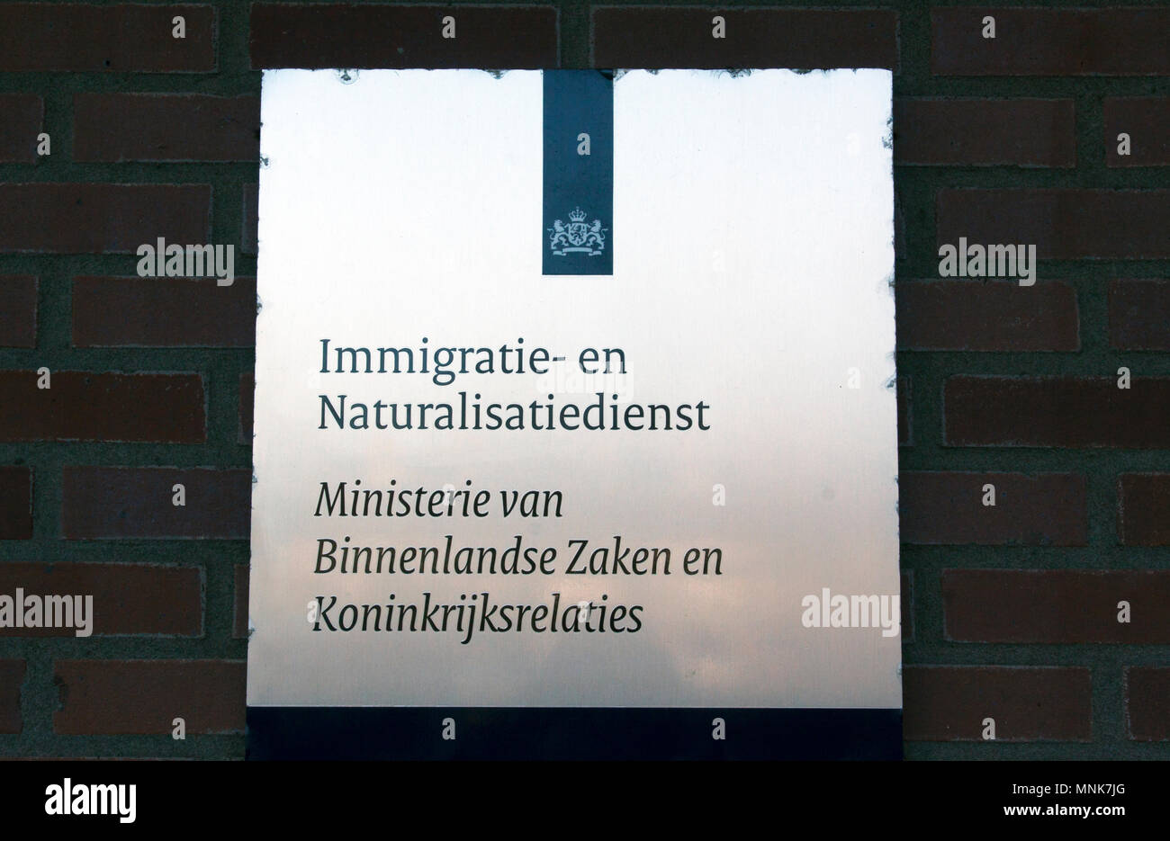 Amsterdam, Netherlands-januari 8, 2016: sign of the Immigration and Naturalization Service of the Ministry of the Interior and Kingdom Relations - Stock Image