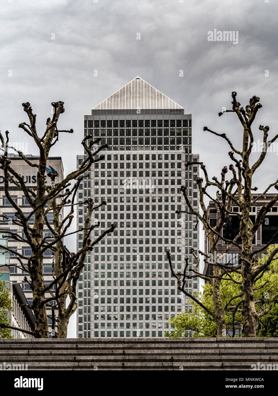 One Canada Square, (Canary Wharf Tower) a skyscraper in Canary Wharf, London. 770 feet (235 m) tall with 50 storeys. Designed by Cesar Pelli, Adamson  - Stock Image