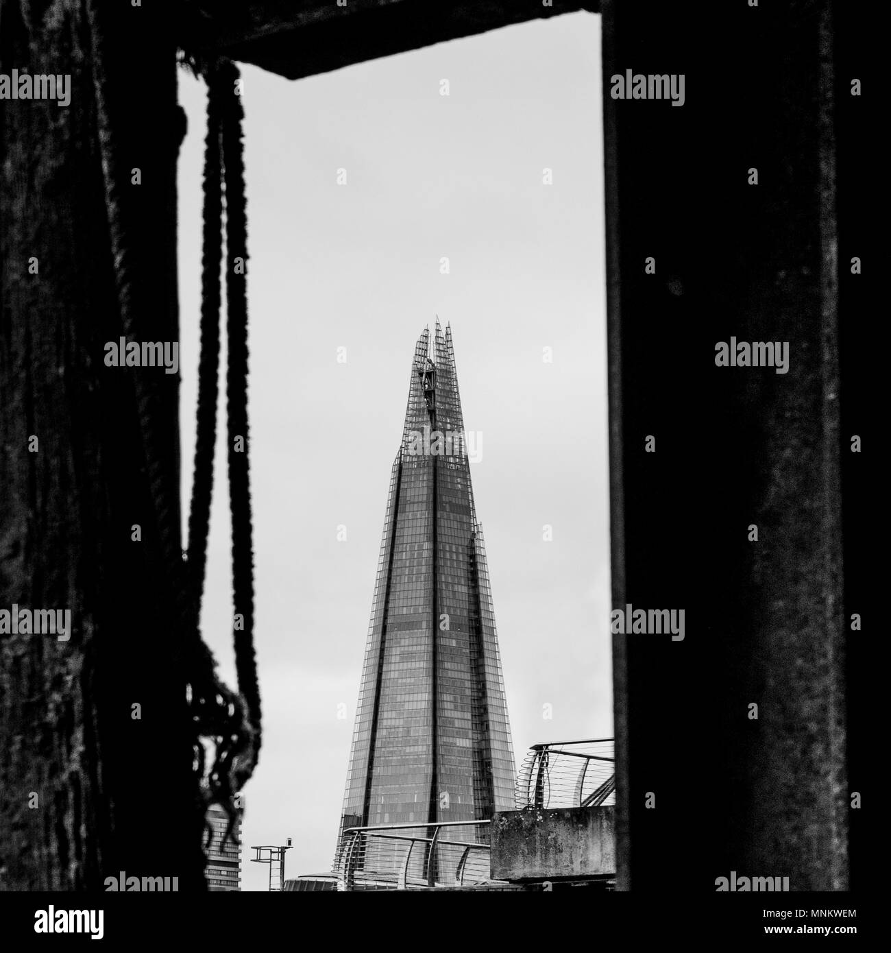 The Shard framed between two wooden jetty posts on the shore of the river Thames, London, UK. - Stock Image