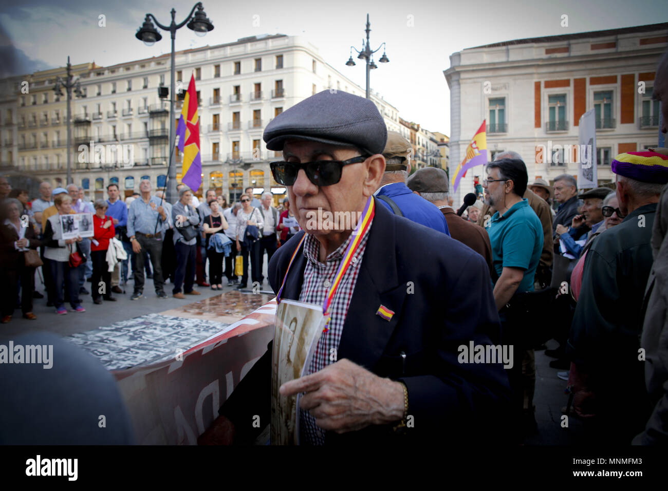 Madrid, Spain. 17th May, 2018. Hundreds of demonstrators meet at the Puerta del Sol in Madrid, several people with flags of the Republic and photos of missing relatives hanging in the chest are manifested with fists held high in the center of Madrid.Demonstrators gathered in the center of Madrid in a remembrance rally for those who has lost their lives under the Franco dictatorship. Credit: Mario Roldan/SOPA Images/ZUMA Wire/Alamy Live News Stock Photo