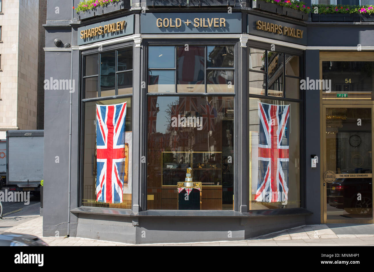 West End, London, UK. 18 May, 2018. Royal Wedding festivities among the retailers in London's premier shopping streets of the West End on the day before the big event in Windsor. A wedding cake decorated with Gold bullion at Sharps Pixley in St James's St. Credit: Malcolm Park/Alamy Live News. - Stock Image