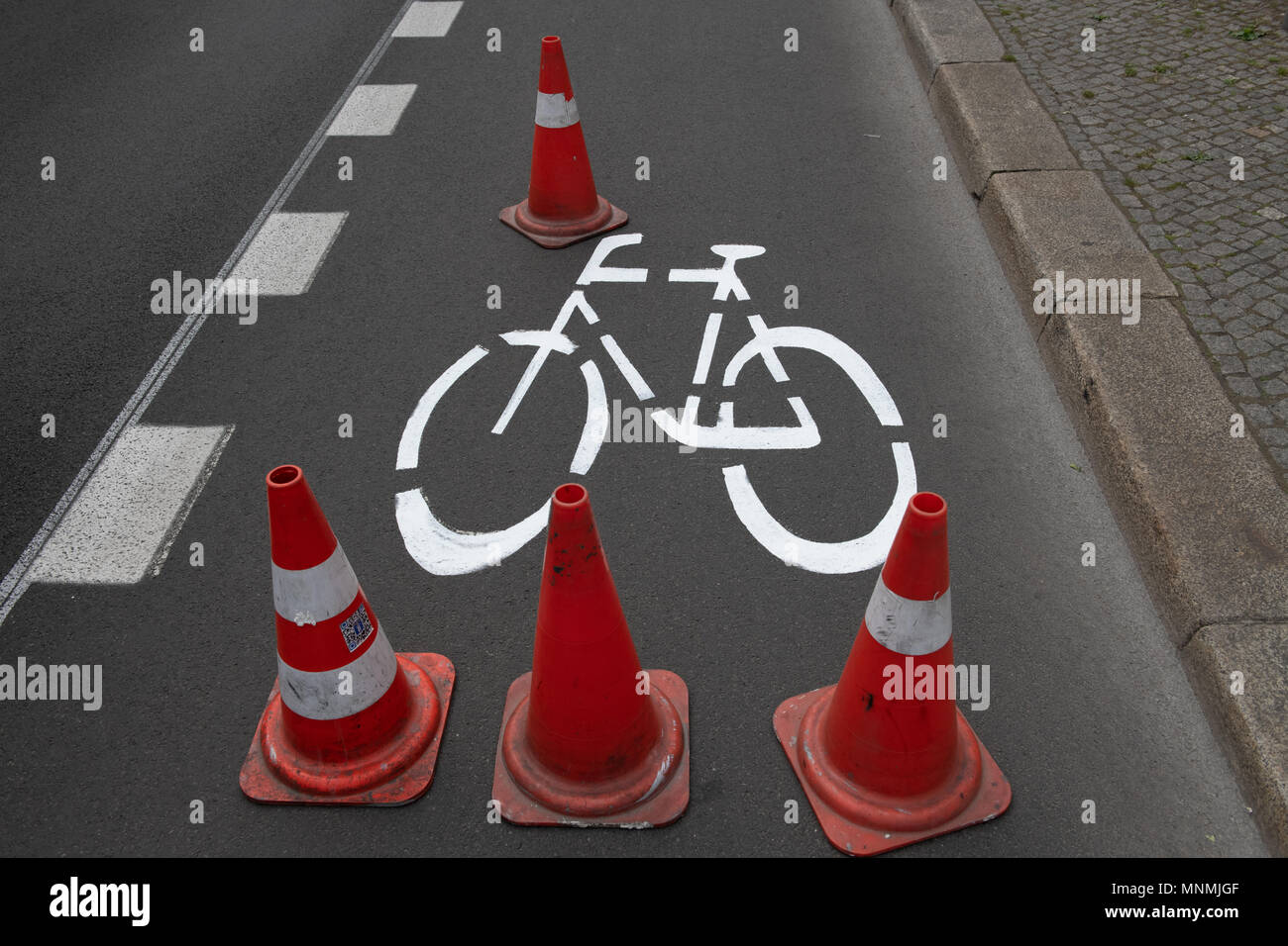 18 May 2018, Germany, Berlin: Pylons cover the freshly painted colour picture in Berlin Warschauer Straße. As in many other places, new bicycle paths have been traced. Photo: Paul Zinken/dpa/ZB Stock Photo