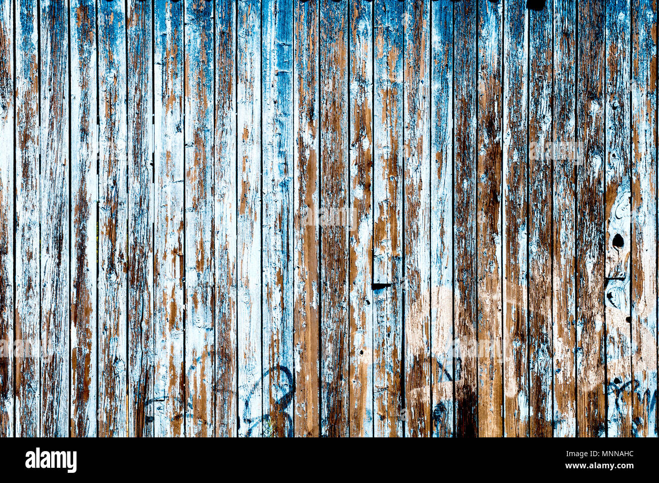 Blaue marode Holzwand; Blue rotten wooden wall - Stock Image