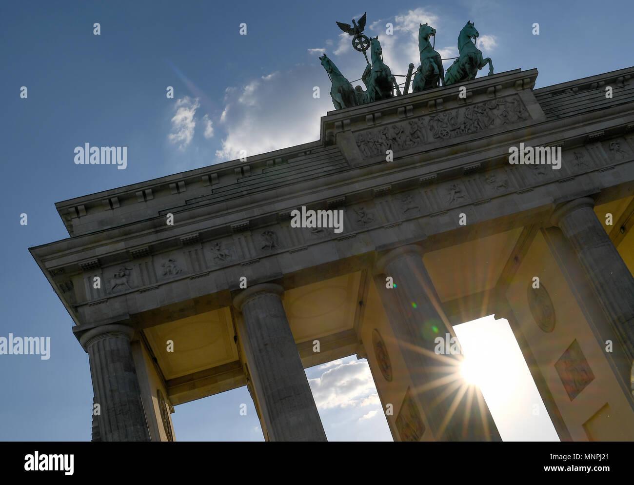 Berlin, Germany. 14th May, 2018. 14 May 2018, Germany, Berlin: Sun shines through the Brandenburg Gate. Credit: Britta Pedersen/dpa-Zentralbild/dpa/Alamy Live News - Stock Image