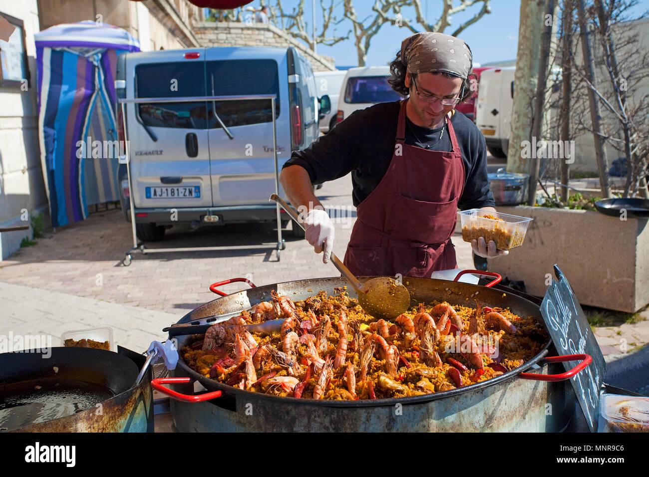 Street market, man sells Paella with prawns, La Ciotat, Bouches-du-Rhone, Provence-Alpes-Côte d'Azur, South France, France, Europe Stock Photo