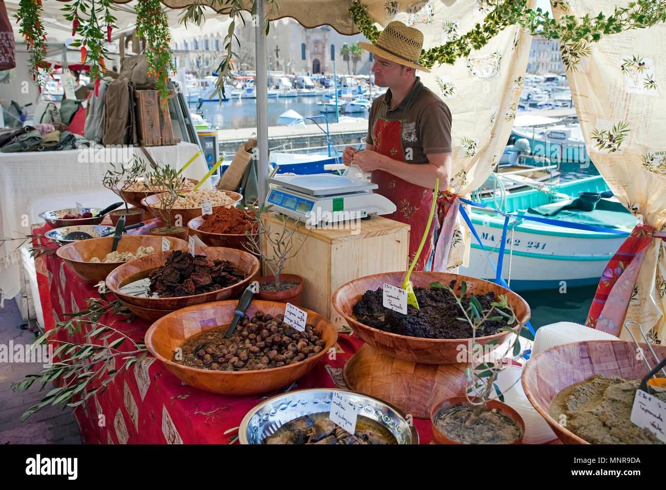 Verkauf von regionalen Erzeugnissen auf dem Strassenmarkt in La Ciotat, Departement Bouches-du-Rhone, Provence-Alpes-Côte d'Azur, Suedfrankreich, Fran - Stock Image
