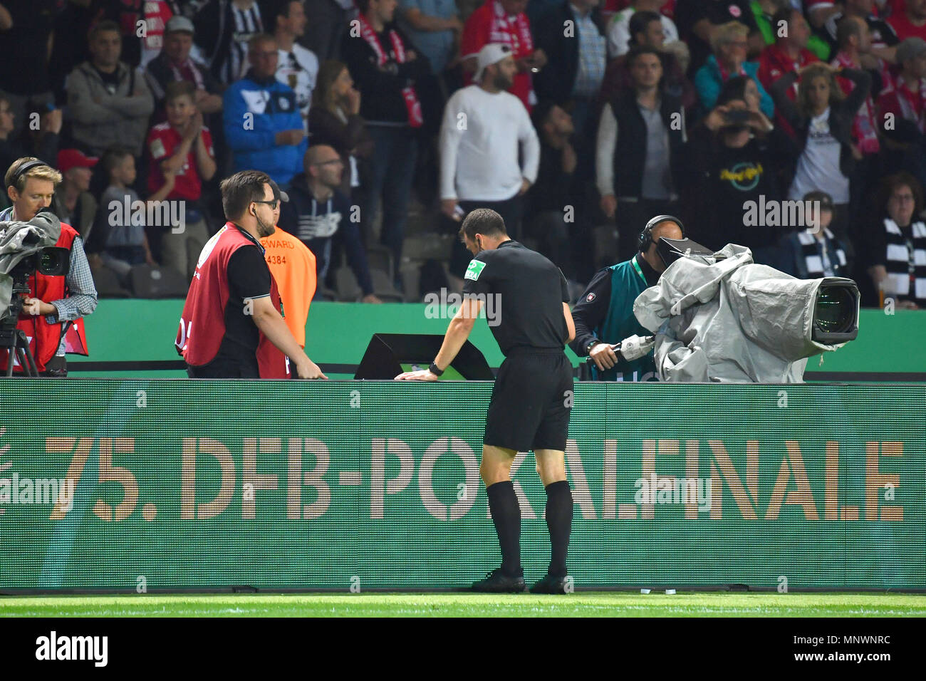 Berlin, Deutschland. 19th May, 2018. referee Felix ZWAYER. looks in the after-game time the controversial scene in the video area, video assist, video evidence and denied a legitimate penalty. DFB Pokal Final, FC Bayern Munich (M) - Eintracht Frankfurt (F) 1-3, at the Olympic Stadium in Berlin on 19.05.2018 | usage worldwide Credit: dpa/Alamy Live News - Stock Image