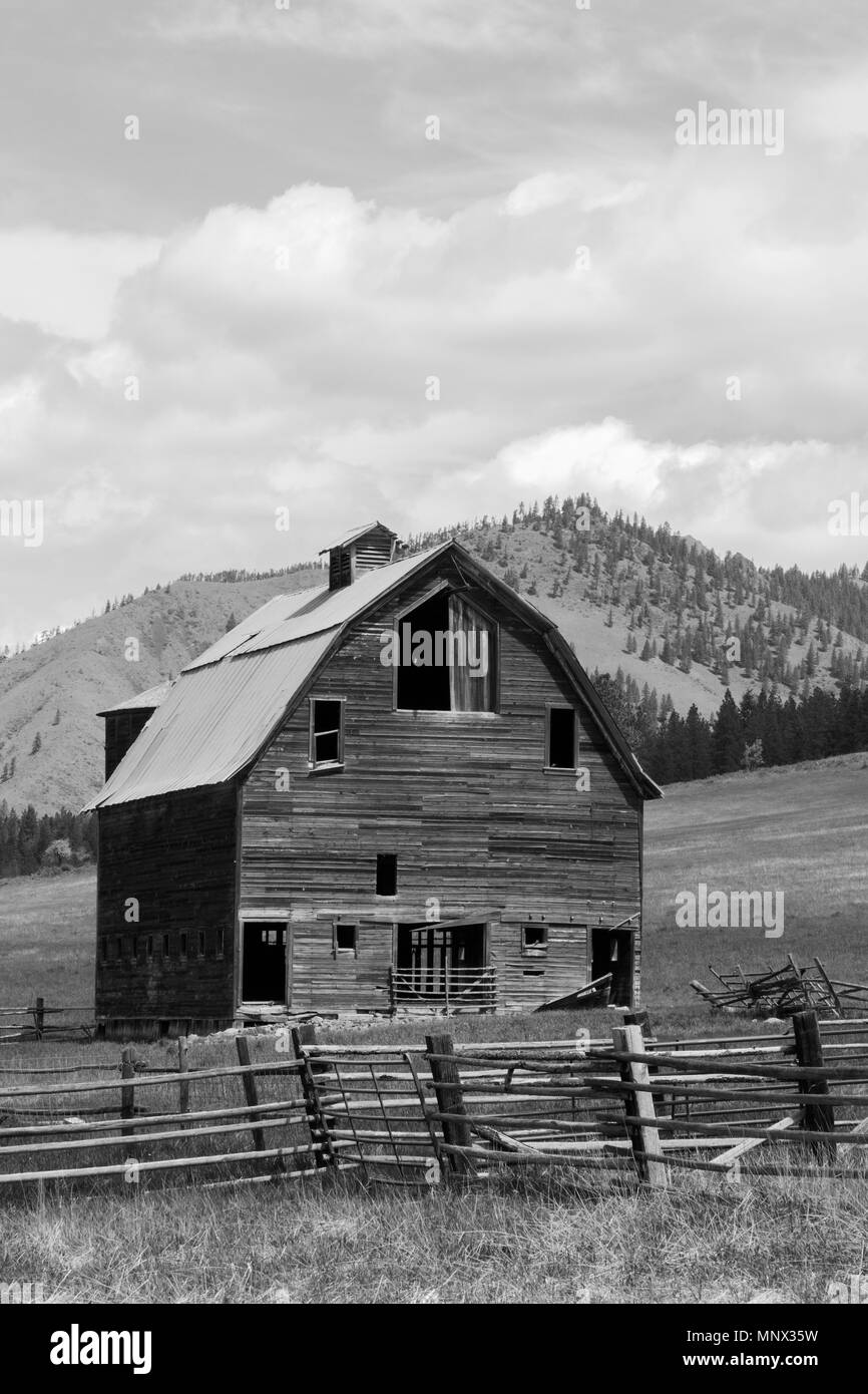 Lauderdale Junction, Washington / USA - May 9, 2018:  Abandoned homestead between Ellensburg and Leavenworth in Kittitas County Washington. - Stock Image